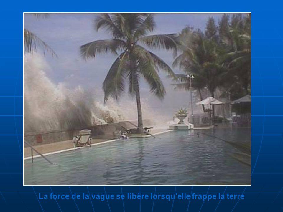 La force de la vague se libère lorsquelle frappe la terre