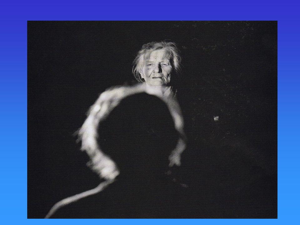 Examen : Février 2006 1 - Les études sur la vigilance montrent que la vigilance correspond au niveau déveil ne diminue pas chez les personnes âgées peut être étudiée avec lépreuve du pendule de Macworth 2 - Les études sur lattention sélective montrent que la capacité à ignorer les stimuli non pertinents se détériorent avec lâge montrent que leffet stroop ne sannule pas avec lâge 3 - Les travaux sur lattention partagée sollicitent les sujets dans des tâches où ils doivent répartir leurs ressources attentionnelles ont utilisé la technique de lécoute dichotique montrent que les sujets âgés ne savent plus partager leur attention 5 - Les travaux sur la capacité de la mémoire de travail montrent quelle diminue de 10% avec lâge quelle se maintient jusquà 70 ans et diminue après quelle diminue spectaculairement à partir de 90 ans 6 - Les travaux expérimentaux sur la répétition mentale montrent que la mémoire est dautant meilleure que le matériel est répété avec lâge, la répétition mentale diminue la diminution de la répétition mentale avec lâge entraîne une diminution de la mémorisation 7 - Les études sur le rappel des informations montrent que le rappel libre est plus difficile que le rappel sériel la différence rappel libre/rappel sériel augmente avec lâge 8 - Chez les personnes âgées, les processus dencodage sont moins efficaces que chez les personnes jeunes les processus de rappel sont moins facilement exécutés que chez les sujets jeunes 9 - Les expériences sur les facilitateurs du rappel montrent que la profondeur du traitement de linformation est déterminante dans le stockage les informations superficielles ne peuvent jamais être stockées avec lâge, linformation est traitée moins profondément