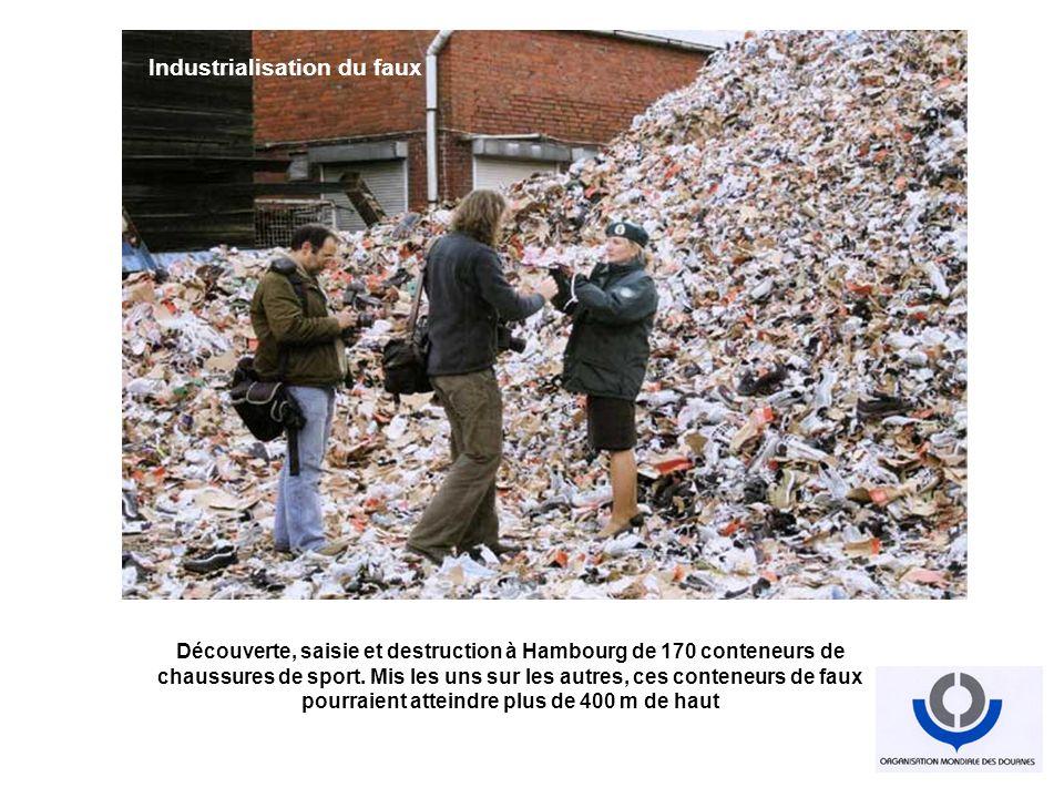 Découverte, saisie et destruction à Hambourg de 170 conteneurs de chaussures de sport. Mis les uns sur les autres, ces conteneurs de faux pourraient a