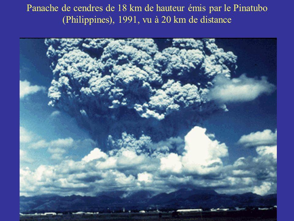 Panache de cendres de 18 km de hauteur émis par le Pinatubo (Philippines), 1991, vu à 20 km de distance