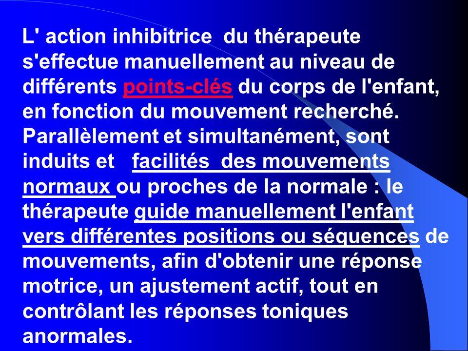 L' action inhibitrice du thérapeute s'effectue manuellement au niveau de différents points-clés du corps de l'enfant, en fonction du mouvement recherc