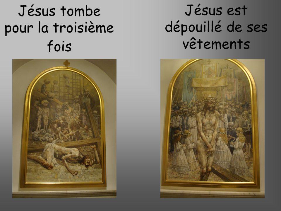 Jésus tombe pour la troisième fois Jésus est dépouillé de ses vêtements
