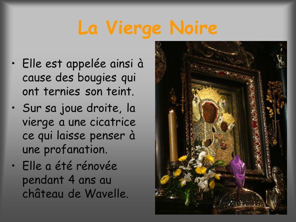 La Vierge Noire Elle est appelée ainsi à cause des bougies qui ont ternies son teint.
