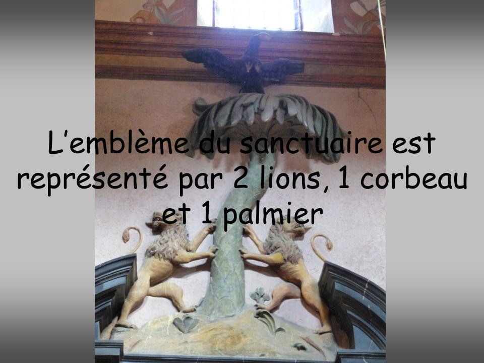 Lemblème du sanctuaire est représenté par 2 lions, 1 corbeau et 1 palmier