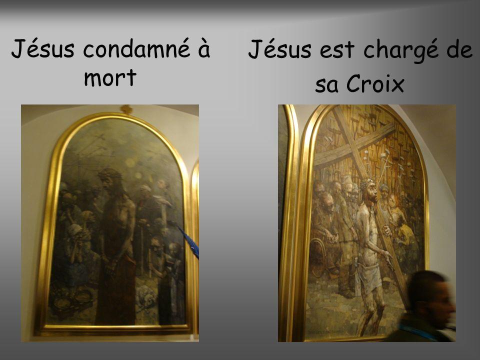 Jésus condamné à mort Jésus est chargé de sa Croix