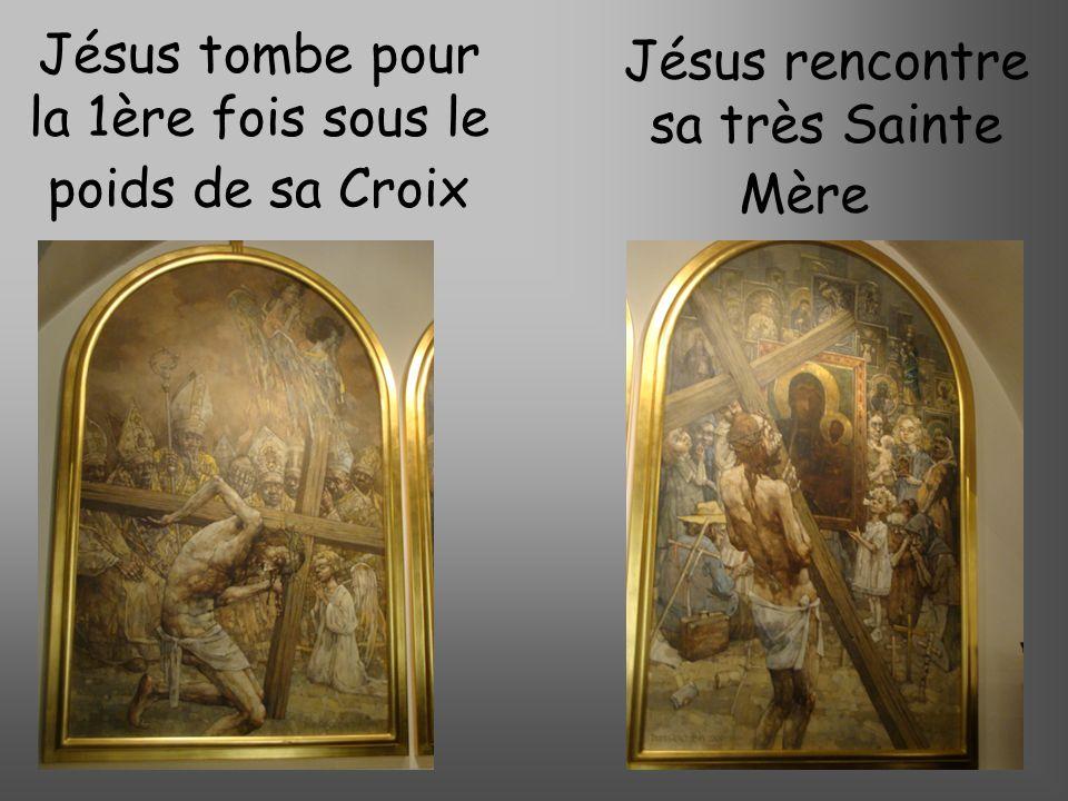Jésus tombe pour la 1ère fois sous le poids de sa Croix Jésus rencontre sa très Sainte Mère
