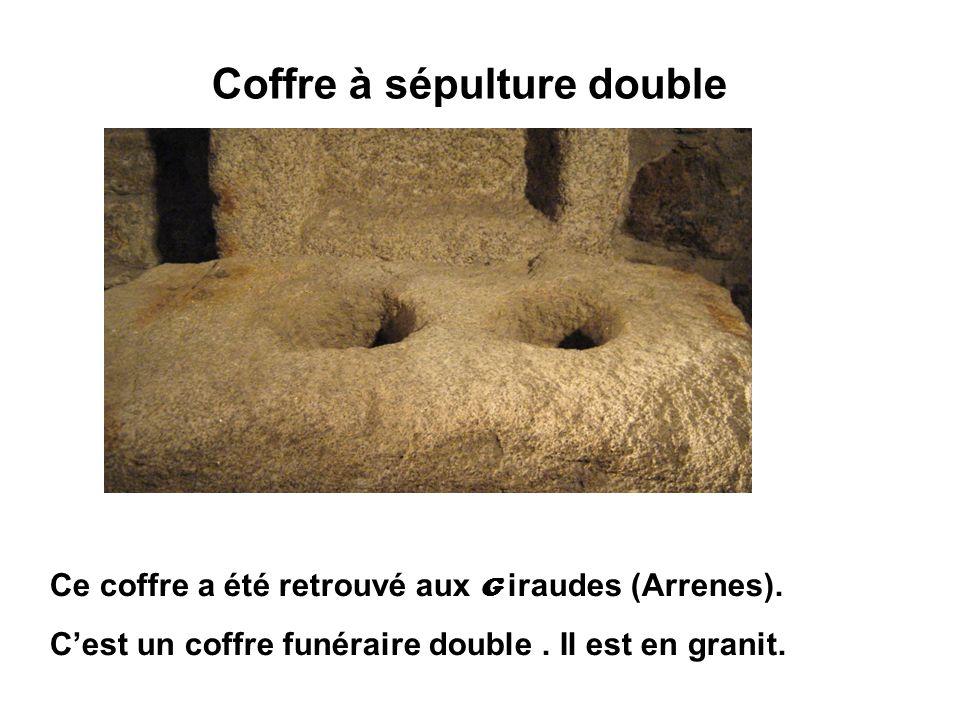 Coffre à sépulture double Ce coffre a été retrouvé aux G iraudes (Arrenes). Cest un coffre funéraire double. Il est en granit.