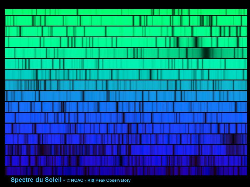 Les raies spectrales sont une mine d information: 1) position en longueur d onde pour un élément (atome, ion, isotope … donné): - effet Doppler --->> vitesse radiale de la source par rapport à l observateur 2) identification des éléments chimiques contenus dans la source, et de leurs dérivés (ions, molécules…) 3) énergie prélevée au continuum pour les raies d absorption : - abondance de l élément ou du corps dérivé dans la zone absorbante - conditions thermodynamiques dans la zone absorbante (T, pression) 4) rapports d intensités des raies d un même élément ou ion : - conditions thermodynamiques, degré d ionisation, profondeur de formation des raies dans la source 5) analyse détaillée du profil des raies : conditions thermodynamiques et hydrodynamiques 6) effets spéciaux dus au champ magnétique, etc…