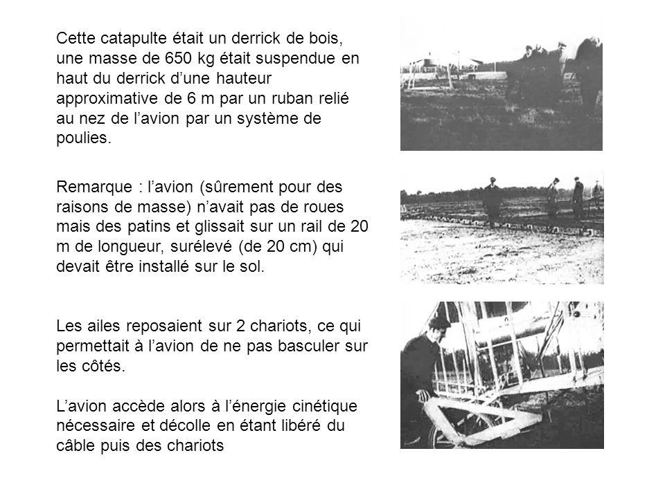 Cette catapulte était un derrick de bois, une masse de 650 kg était suspendue en haut du derrick dune hauteur approximative de 6 m par un ruban relié
