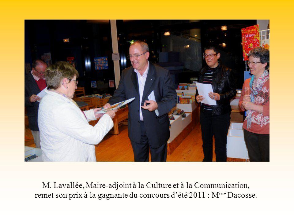 M. Lavallée, Maire-adjoint à la Culture et à la Communication, remet son prix à la gagnante du concours dété 2011 : M me Dacosse.