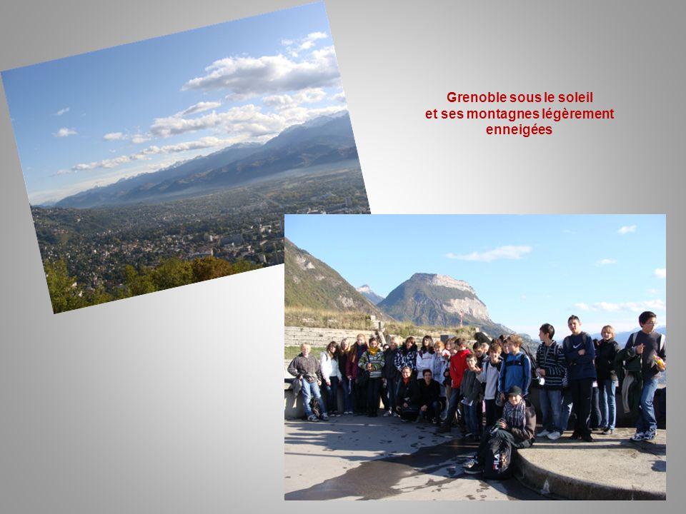 Grenoble sous le soleil et ses montagnes légèrement enneigées