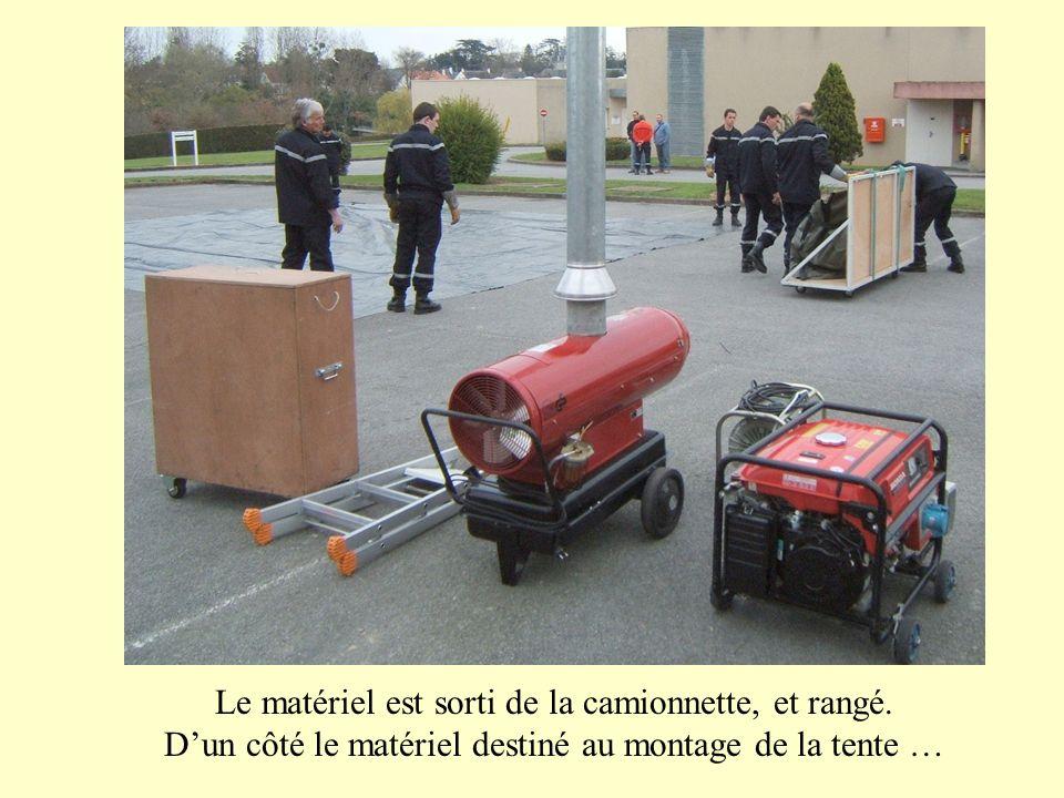 … dun autre côté le matériel destiné à « meubler » la tente.