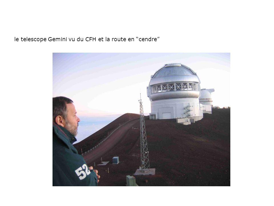 le telescope Gemini vu du CFH et la route en cendre