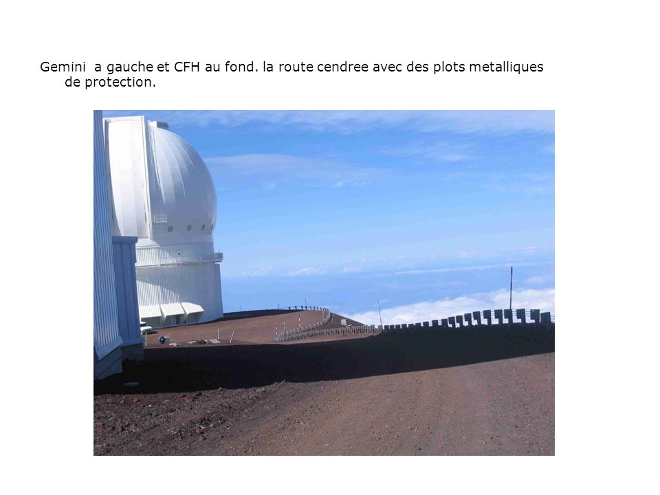 Gemini a gauche et CFH au fond. la route cendree avec des plots metalliques de protection.