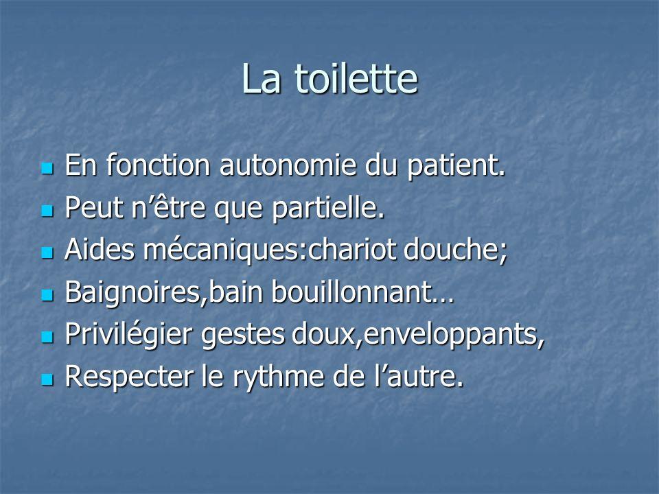 La toilette En fonction autonomie du patient. En fonction autonomie du patient. Peut nêtre que partielle. Peut nêtre que partielle. Aides mécaniques:c