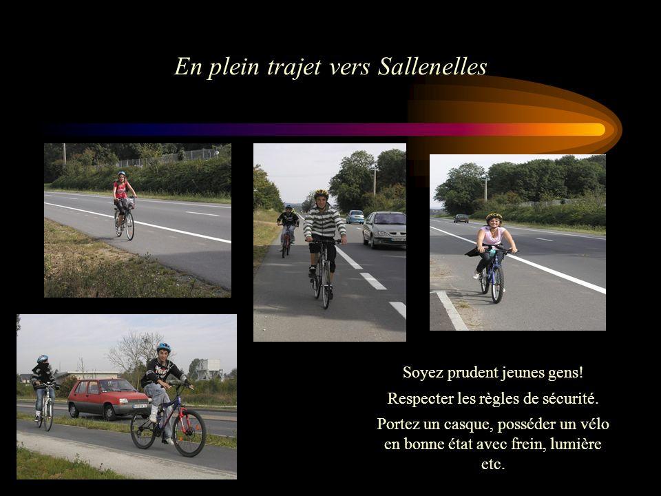 En plein trajet vers Sallenelles Soyez prudent jeunes gens! Respecter les règles de sécurité. Portez un casque, posséder un vélo en bonne état avec fr