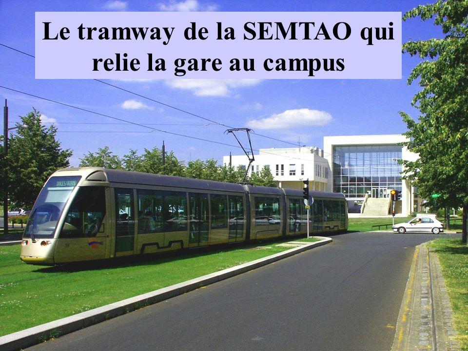Le tramway de la SEMTAO qui relie la gare au campus