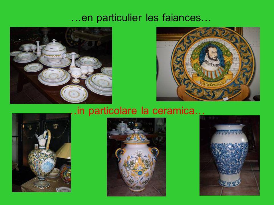 …en particulier les faiances… …in particolare la ceramica…