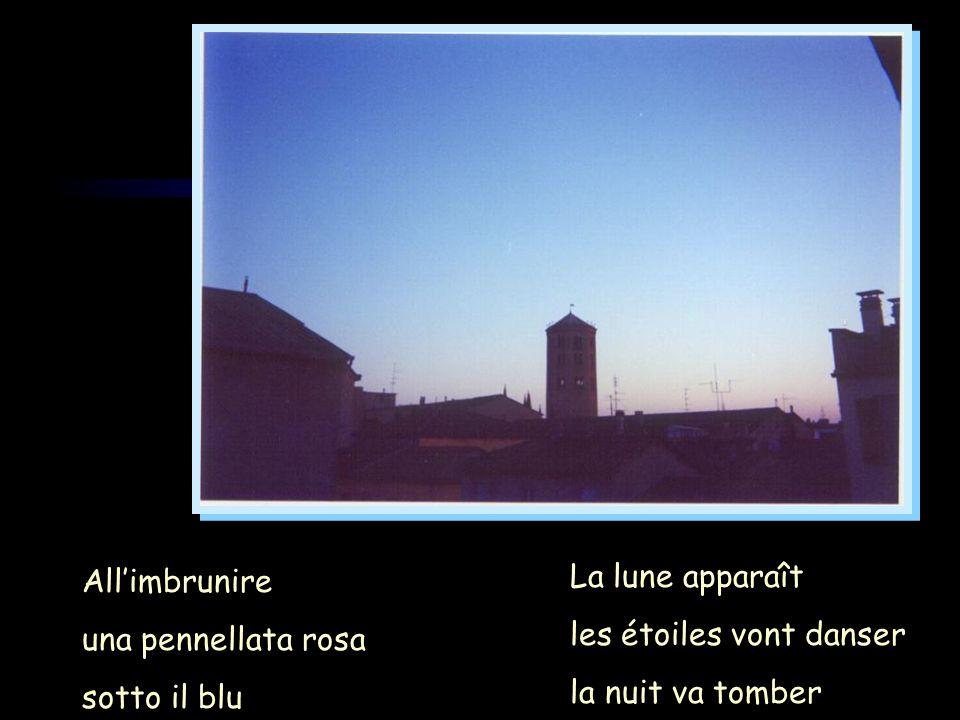 Allimbrunire una pennellata rosa sotto il blu La lune apparaît les étoiles vont danser la nuit va tomber