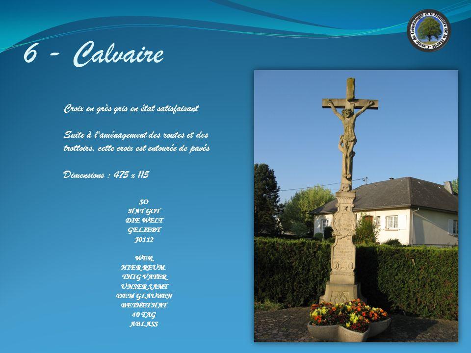 5 – Croix des Missions Croix en granit rose en très bon état avec un Christ en fonte peint, ce qui est assez rare dans la régions. Crée par le sculpte