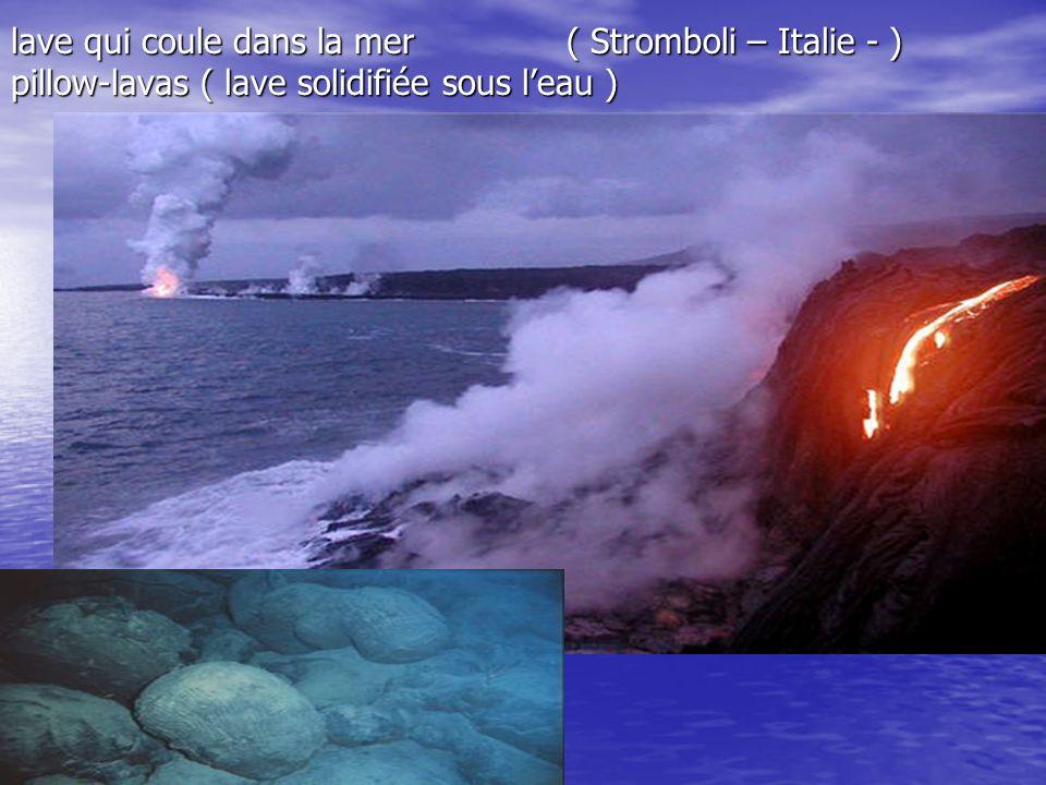 lave qui coule dans la mer ( Stromboli – Italie - ) pillow-lavas ( lave solidifiée sous l'eau )