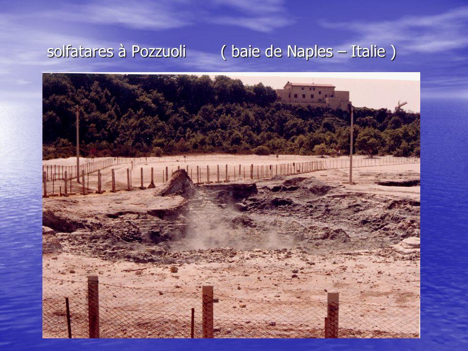 solfatares à Pozzuoli ( baie de Naples – Italie ) solfatares à Pozzuoli ( baie de Naples – Italie )