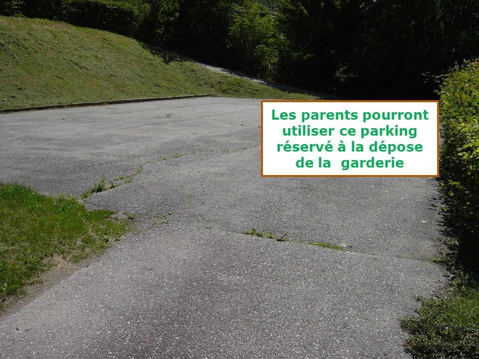 Les parents pourront utiliser ce parking réservé à la dépose de la garderie