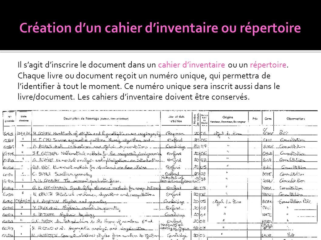 Il s'agit d'inscrire le document dans un cahier d'inventaire ou un répertoire. Chaque livre ou document reçoit un numéro unique, qui permettra de l'id