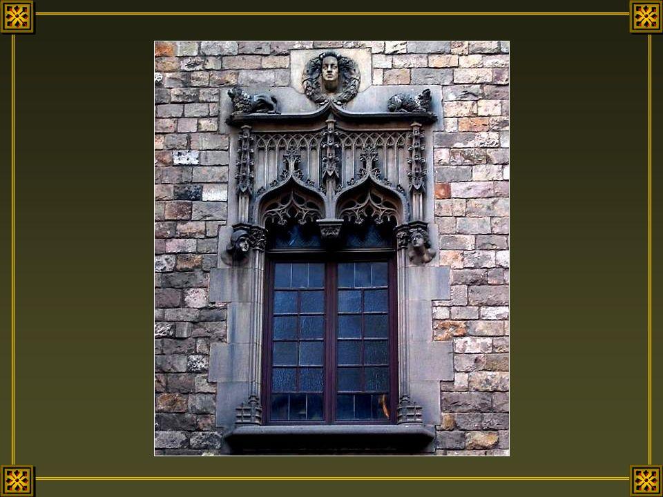 Les fenêtres sont les yeux d'une maison. Il n'est pas étonnant qu'on les observe en premier. C'est par elles que les habitants d'une demeure voient ce