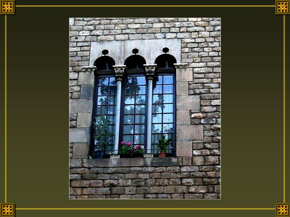 A Barcelone une fenêtre nest jamais banale. Elle est souvent constituée de baies croisées, de grillages ouvragés en fer forgé, de lucarnes sculptées,