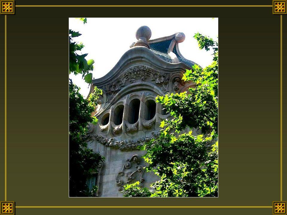 Barcelone possède de nombreux trésors d'architecture et plusieurs centres d'intérêt, mais ce sont les fenêtres de ses belles maisons aristocrates qui