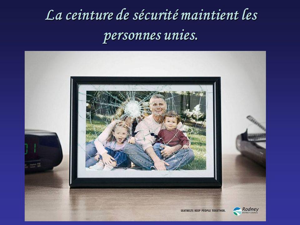 La ceinture de sécurité maintient les personnes unies.