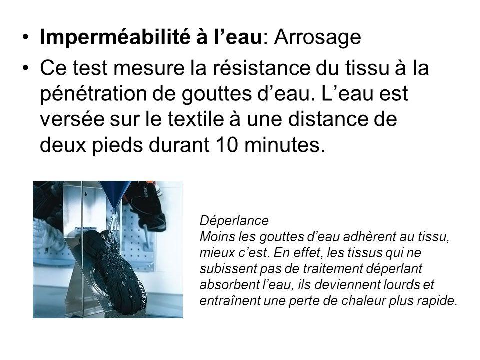 Imperméabilité à leau: Arrosage Ce test mesure la résistance du tissu à la pénétration de gouttes deau. Leau est versée sur le textile à une distance
