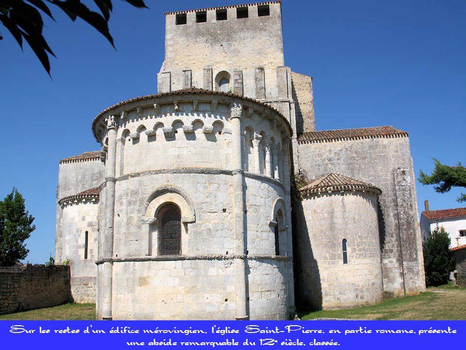 Léglise Saint-Pierre a conservé certaines parties datant du 11e et, peut-être du 10e siècle. Autour de ses murs, on a découvert les restes dun cimetiè