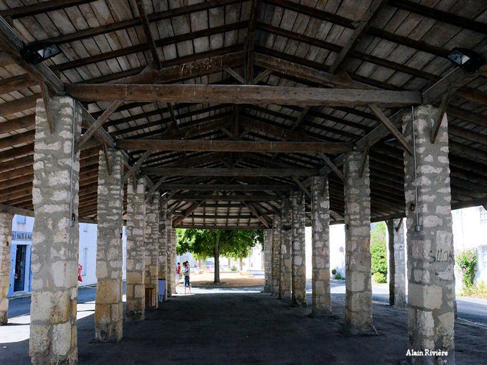 Les halles de Mornac font leur apparition au Moyen-âge mais cest seulement en 1664 quon trouve une trace écrite les attestant. Elles sont vraisemblabl