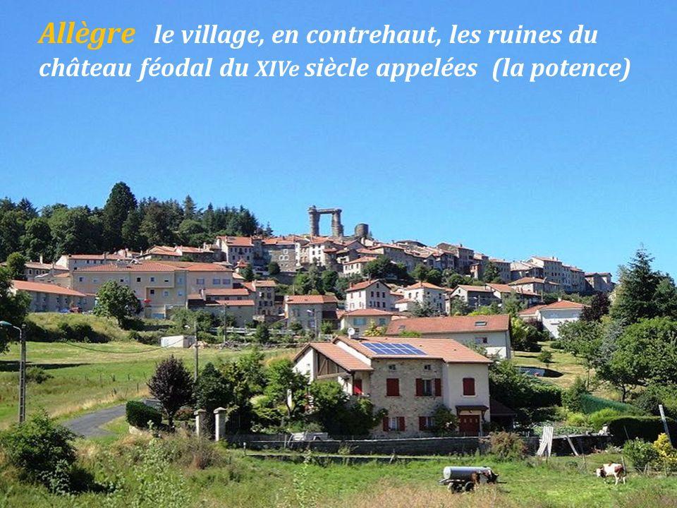 Craponne-sur-Arzon place du For,. dans le bourg médiéval