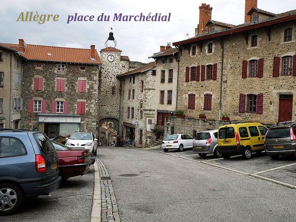 Allègre Porte de Monsieur, entrée Sud de lenceinte extérieur du château Ruine du château féodal du XIVe siècle, dit (la potence)