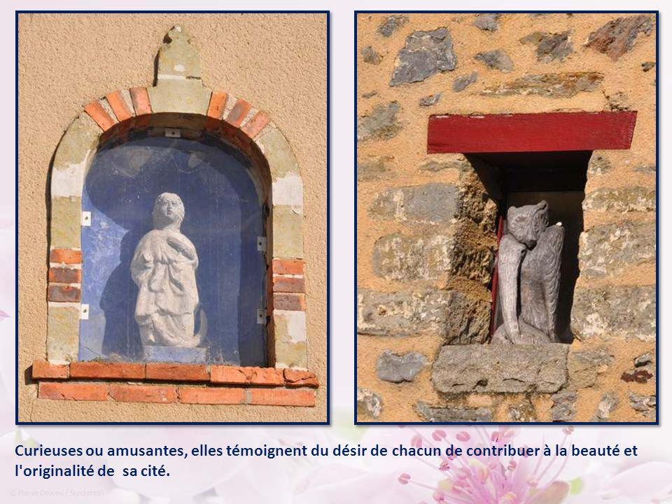 Partout, dans le bourg, de petites statuettes ornent les façades, bien abritées dans leur niche.