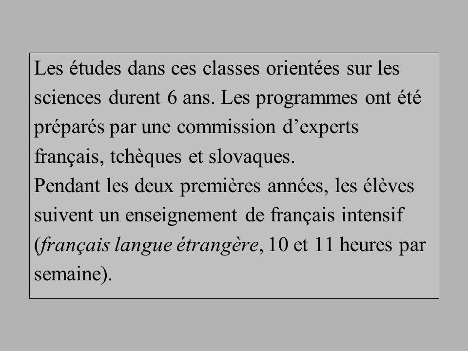 A partir de la troisième année, les cours de mathématiques, histoire, géographie, physique et chimie sont donnés en français.