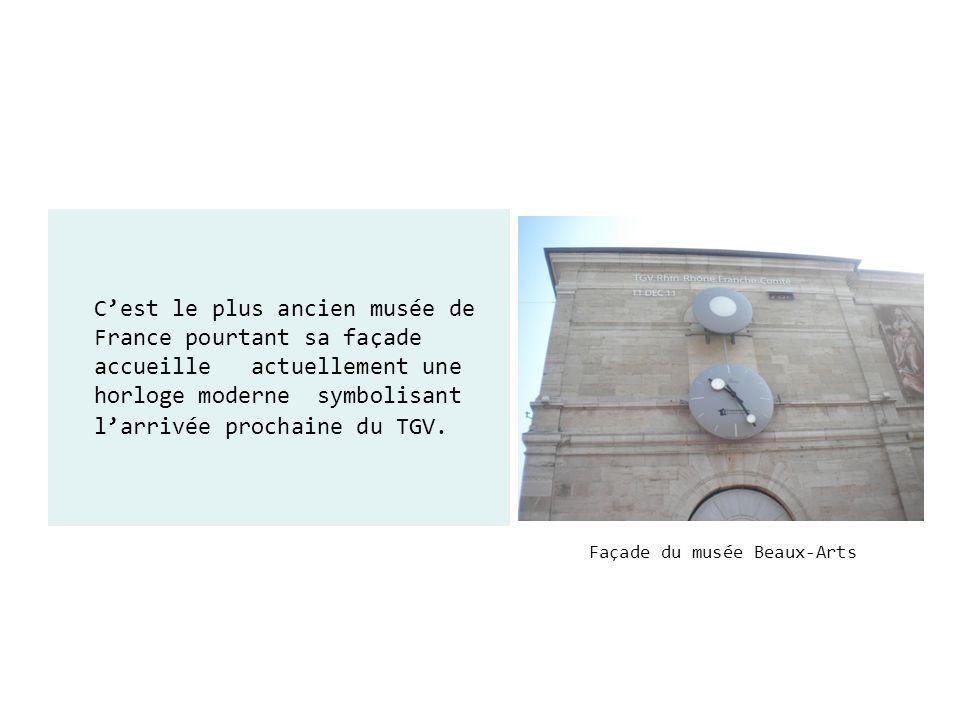 Façade du musée Beaux-Arts Cest le plus ancien musée de France pourtant sa façade accueille actuellement une horloge moderne symbolisant larrivée proc