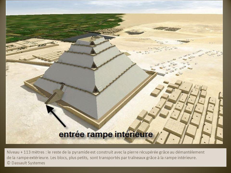 Niveau + 113 mètres : le reste de la pyramide est construit avec la pierre récupérée grâce au démantèlement de la rampe extérieure. Les blocs, plus pe