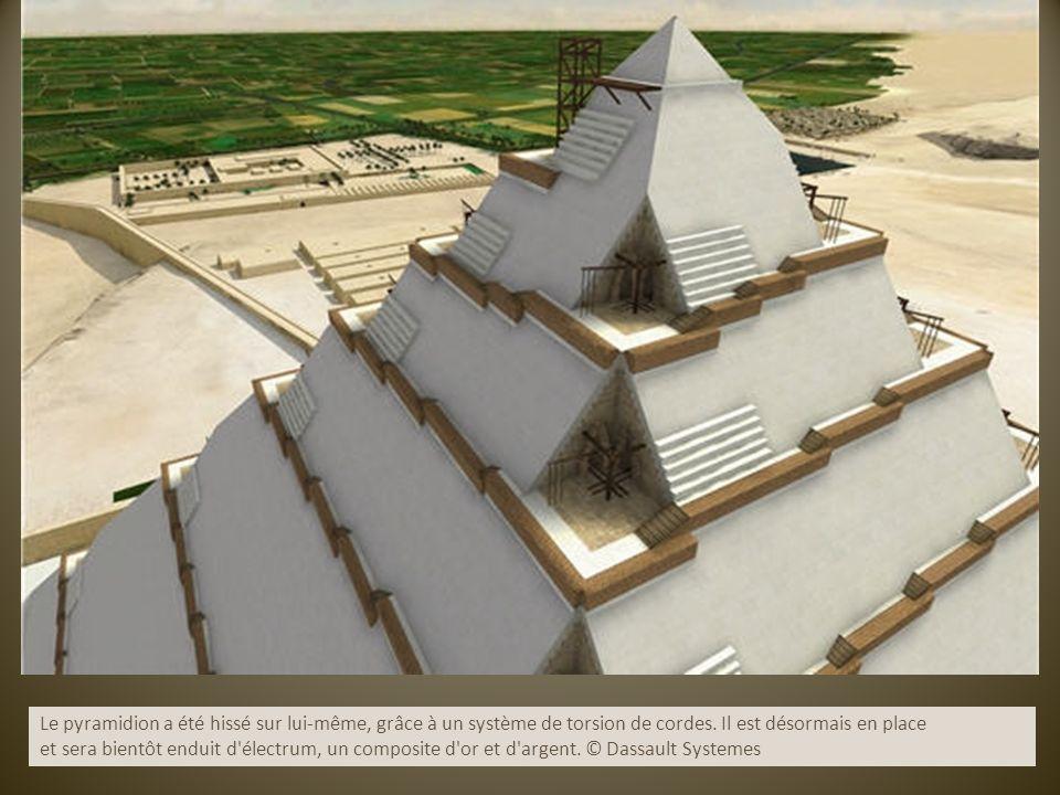 Le pyramidion a été hissé sur lui-même, grâce à un système de torsion de cordes. Il est désormais en place et sera bientôt enduit d'électrum, un compo