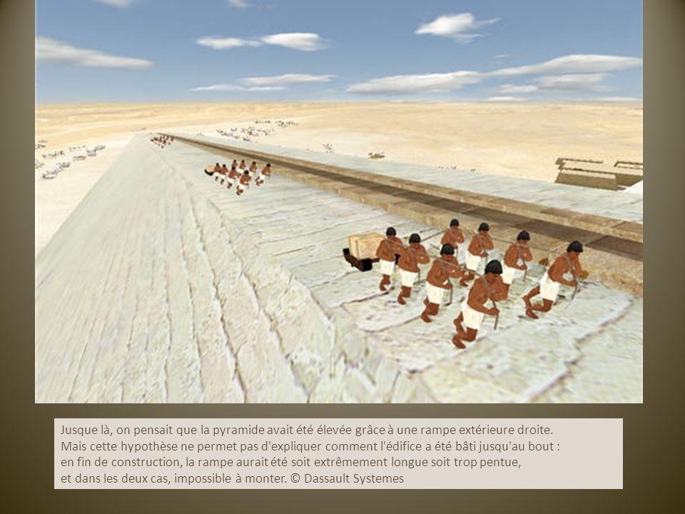 Jusque là, on pensait que la pyramide avait été élevée grâce à une rampe extérieure droite. Mais cette hypothèse ne permet pas d'expliquer comment l'é
