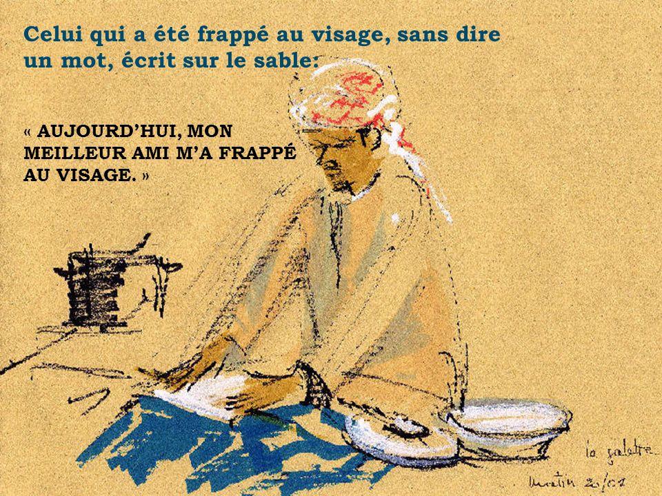 Celui qui a été frappé au visage, sans dire un mot, écrit sur le sable: « AUJOURDHUI, MON MEILLEUR AMI MA FRAPPÉ AU VISAGE. ».