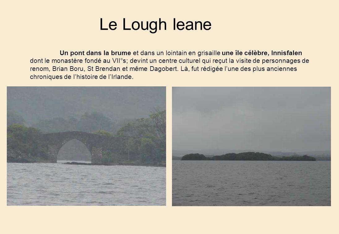 Le Lough leane Un pont dans la brume et dans un lointain en grisaille une île célèbre, Innisfalen dont le monastère fondé au VII°s; devint un centre culturel qui reçut la visite de personnages de renom, Brian Boru, St Brendan et même Dagobert.
