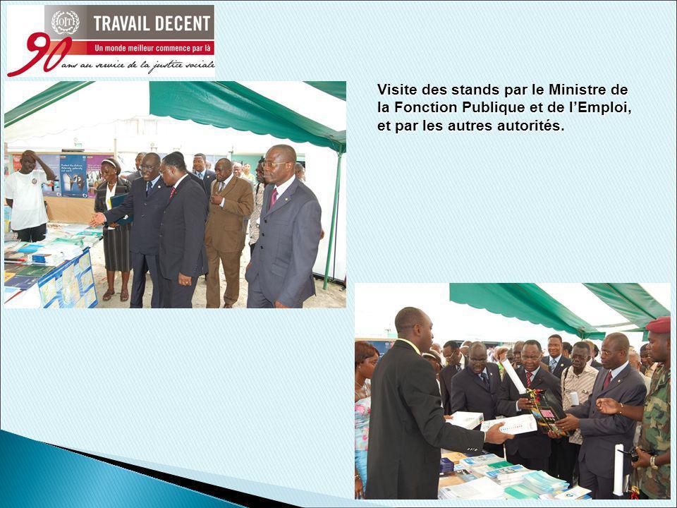 10 Visite des stands par le Ministre de la Fonction Publique et de lEmploi, et par les autres autorités.