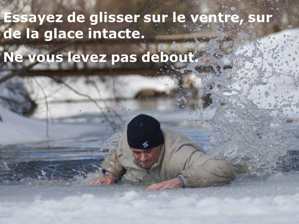 d Éloignez-vous le plus possible du trou en rampant jusquà ce que la glace soit solide.