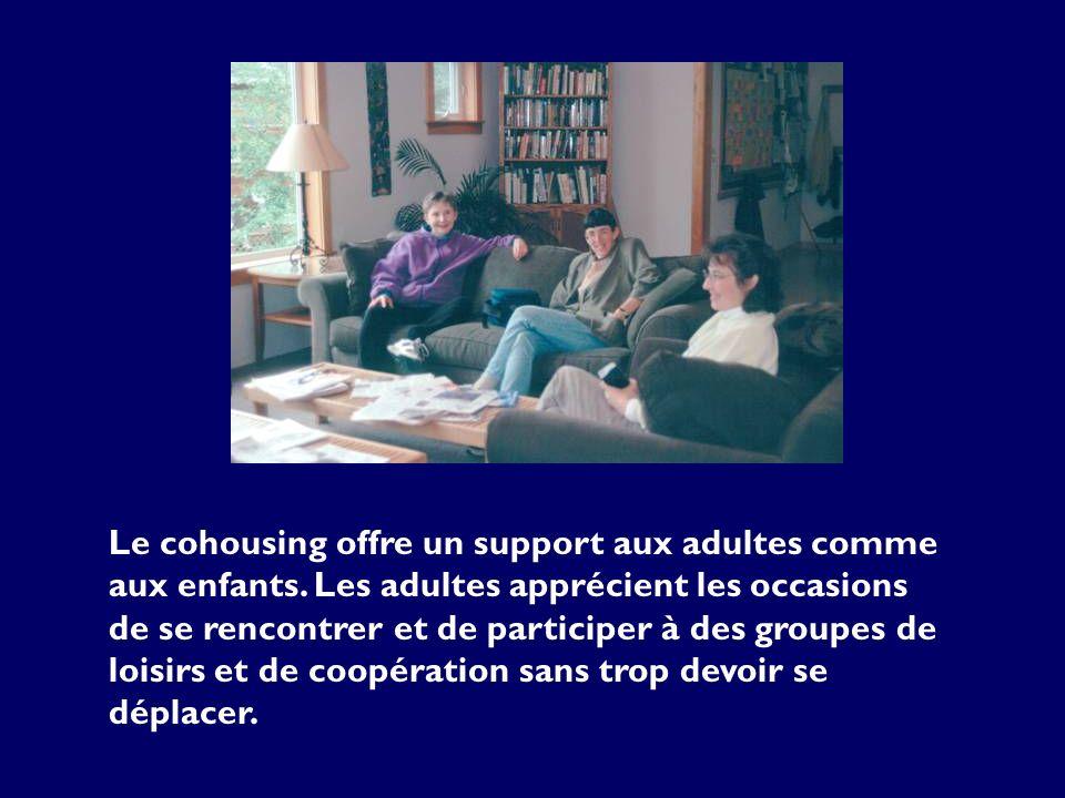 Le cohousing offre un support aux adultes comme aux enfants. Les adultes apprécient les occasions de se rencontrer et de participer à des groupes de l