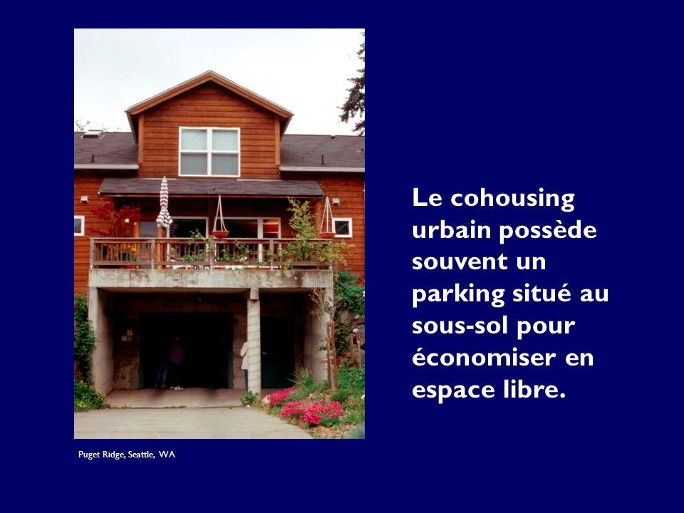 Le cohousing urbain possède souvent un parking situé au sous-sol pour économiser en espace libre. Puget Ridge, Seattle, WA