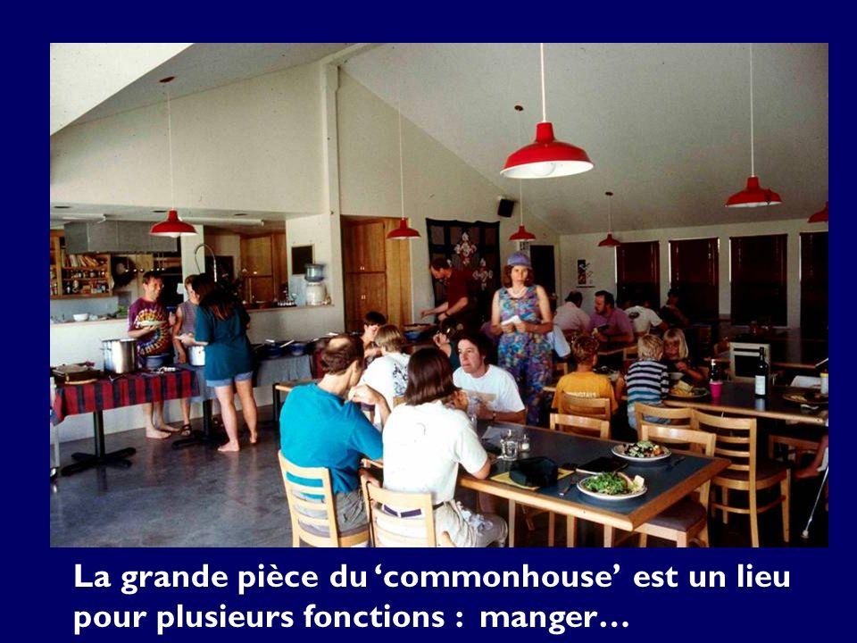 La grande pièce du commonhouse est un lieu pour plusieurs fonctions : manger…
